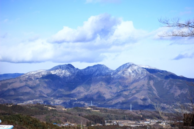 伊香保温泉のバスターミナルからみた山景色