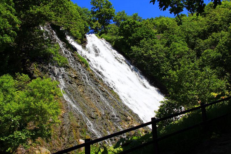 北海道知床のオシンコシンの滝