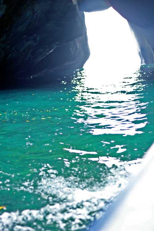 エメラルドグリーンの海の輝き