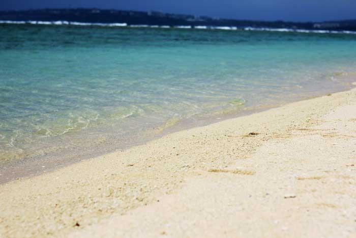 瀬底ビーチの綺麗な海