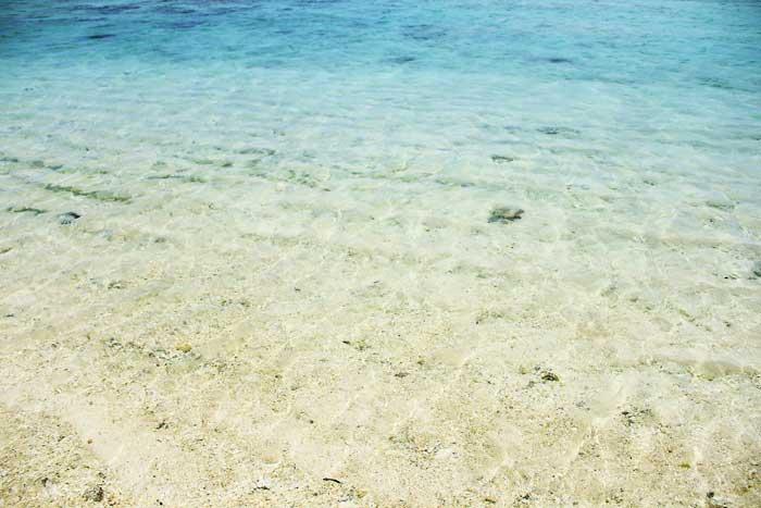 透明な瀬底ビーチの海水