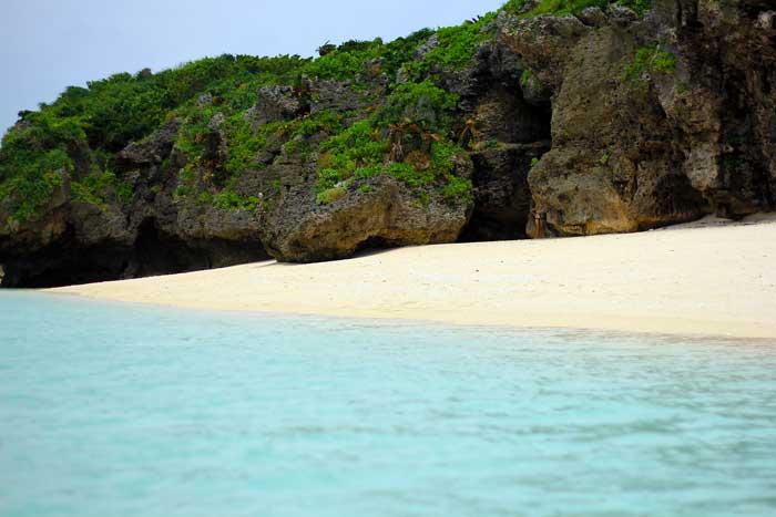 瀬底ビーチの海岸