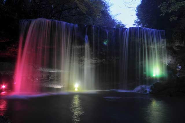 ライトアップされた鍋ヶ滝