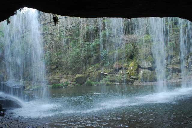 裏からみた鍋ヶ滝