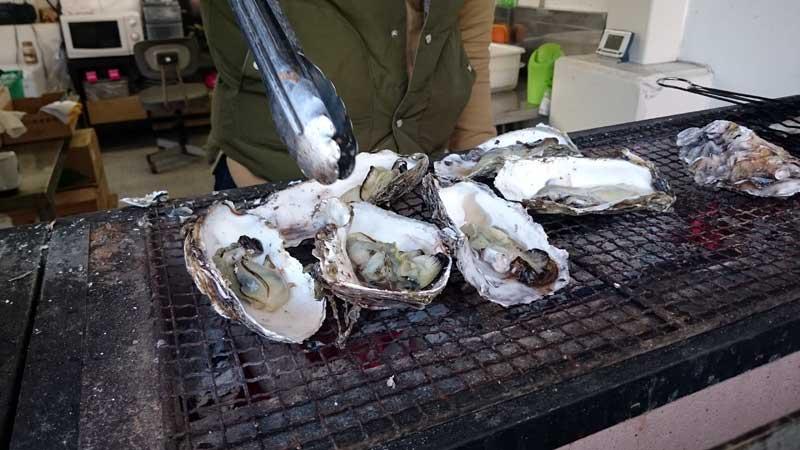 市場の外で牡蠣を焼く!